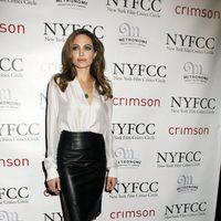 Angelina Jolie con blusa blanca y falda lápiz en los premios del New York Film Critics Circle