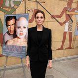 Angelina Jolie con traje de chaqueta negro en un evento de los Globos de Oro