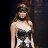 Conjunto de corset ligero y tanga en raso lila y encaje negro de Jolidon