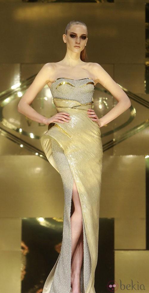 Vestido largo en palabra de honor gris y plata con volúmenes de Versace Atelier