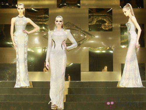 Tres modelos en glitter con transparencias de Versace Atelier