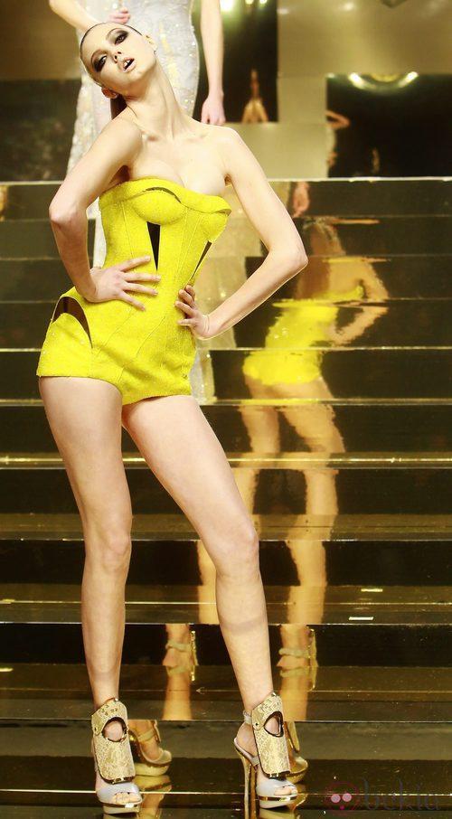Mini jumpsuit amarillo limón de Versace Atelier