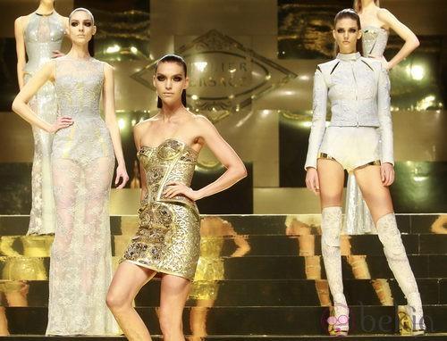 Minivestido barroco en dorado y shorts con chaqueta brocada en gris perla de Versace Atelier