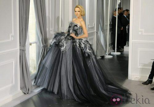Diseño de tul negro con grandes volúmenes y plumas incrustadas de Christian Dior Alta Costura