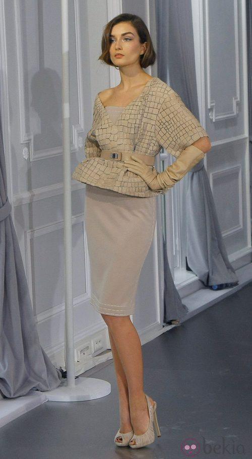 Diseño con falda lápiz y chaqueta texturizada nude de Christian Dior Alta Costura