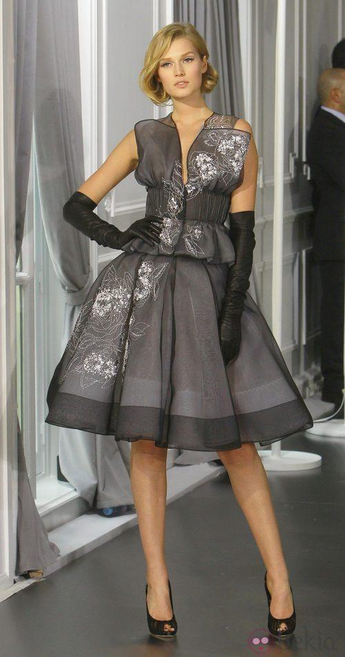 Diseño new look gris con bordados florales en blanco de Christian Dior Alta Costura