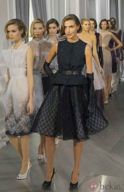 Carruser de Christian Dior Alta Costura con vestido new look negro de protagonista de Christian Dior Alta Costura