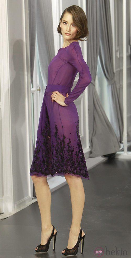 Diseño en gasa púrpura con pedrería negra bordada de Christian Dior Alta Costura