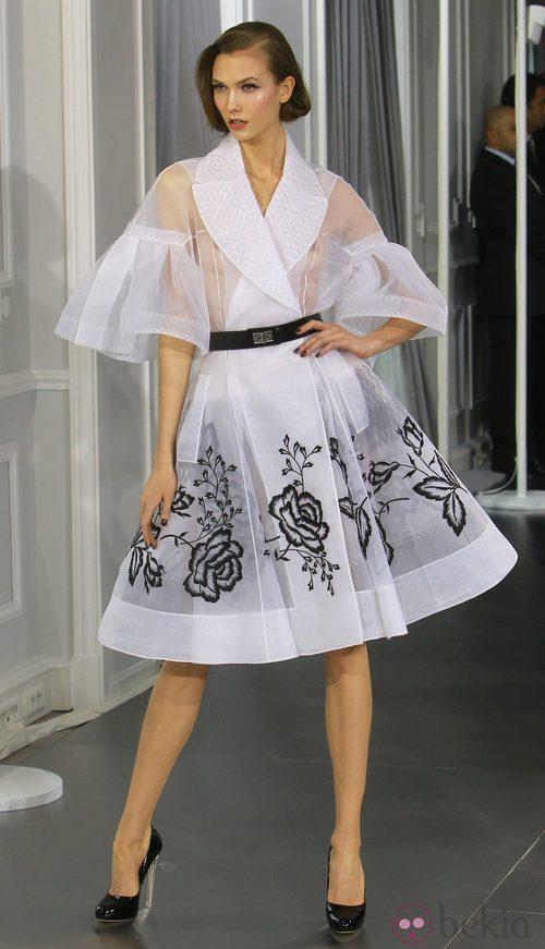 Diseño new look de tul blanco con bordados florales en negro de Christian Dior Alta Costura