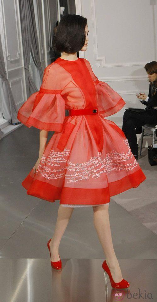 Diseño new look de tul rojo con bordados en blanco de Christian Dior Alta Costura