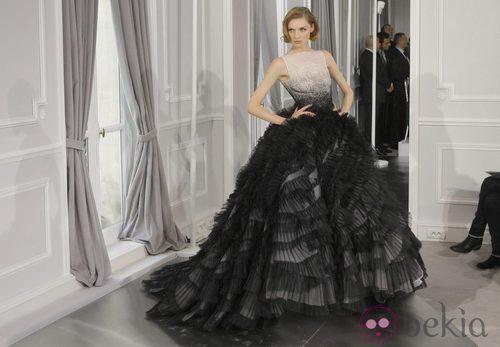 Diseño de tul negro con grandes volúmenes y cuerpo blanco con pedrería de Christian Dior Alta Costura