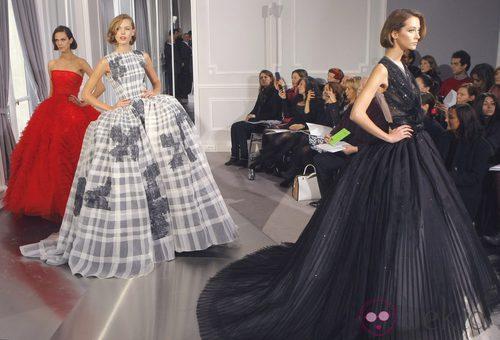 Carrusel de tres diseños con grandes volúmenes en negro, gris y rojo de Christian Dior Alta Costura