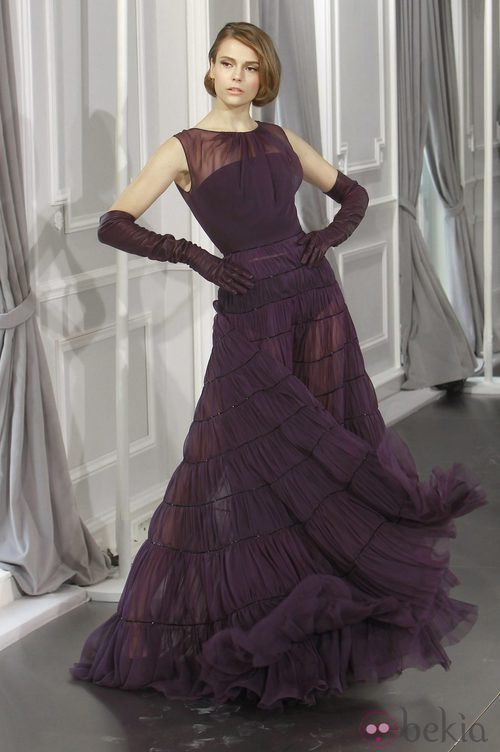 Diseño de tul púrpura con transparencias de Christian Dior Alta Costura