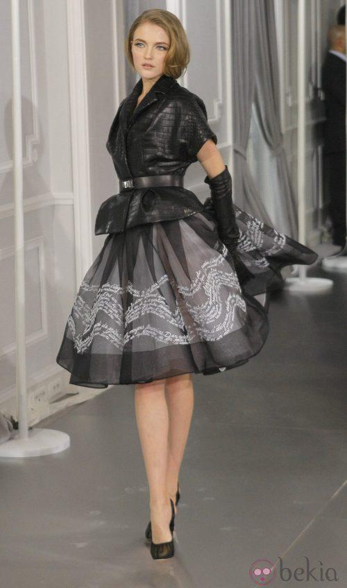 Diseño de falda new look negra con bordados blancos y chaqueta texturizada de Christian Dior Alta Costura