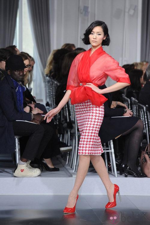Diseño con falda lápiz de estampado pata de gallo rojo de Christian Dior Alta Costura