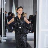 Diseño negro texturizado con volúmenes de Christian Dior Alta Costura