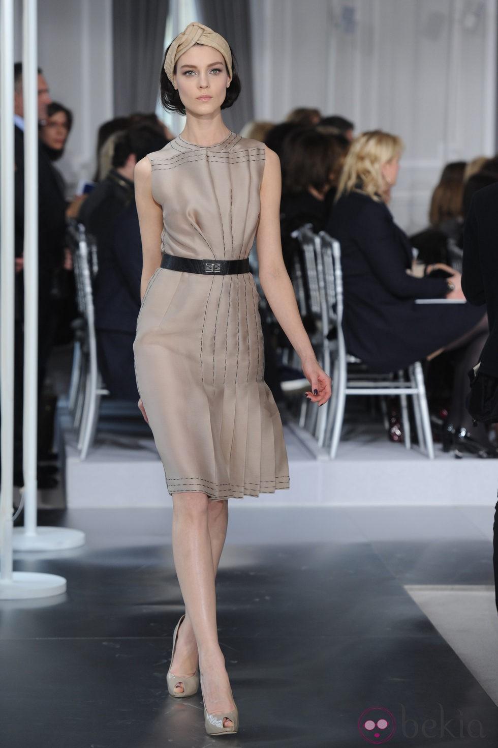 Dise o plisado en nude con costuras negras simuladas de - Diseno alta costura ...