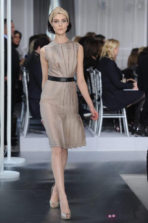 Diseño plisado en nude con costuras negras simuladas de Christian Dior Alta Costura