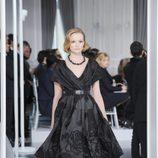 Diseño new look negro con estampado floral de pedrería negra de Christian Dior Alta Costura