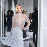 Diseño de falda new look con volantes y plisados en blanco y negro y blusa trasparente de Christian Dior Alta Costura