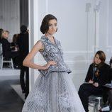 Diseño new look con bordados y pedrería en blanco y negro de Christian Dior Alta Costura