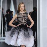 Diseño de tul blanco y negro con degradado y volantes con volúmenes de Christian Dior Alta Costura
