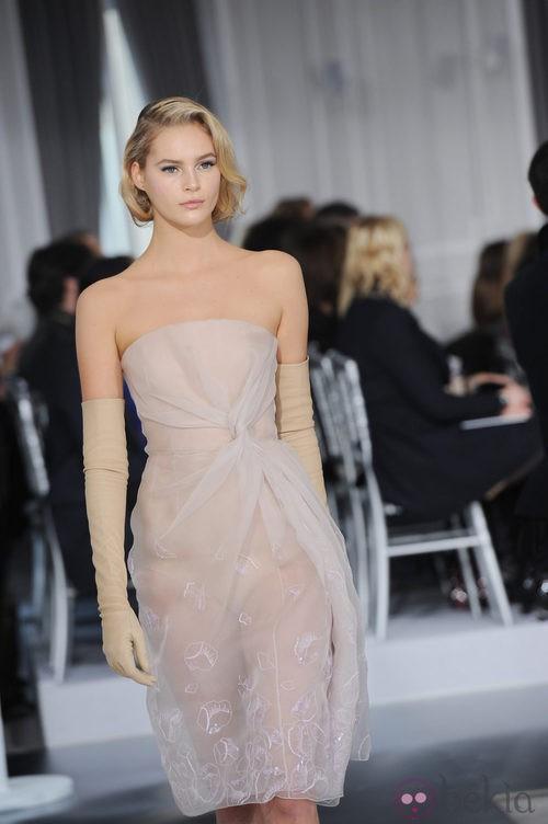 Diseño de tul transparente con bordados florales de Christian Dior Alta Costura
