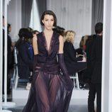 Diseño de tul morado con escote en uve de Christian Dior Alta Costura