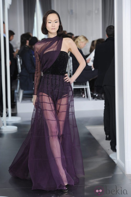 Diseño de tul morado con mangas asimétricas de Christian Dior Alta Costura