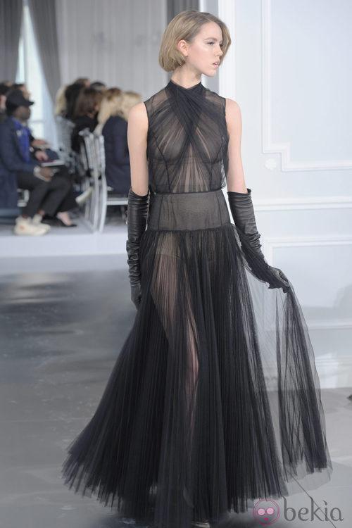 Diseño de tul negro con transparencias de Christian Dior Alta Costura