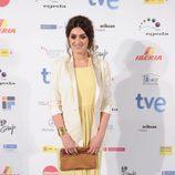 Olivia Molina con vestido largo en amarillo pastel y blazer blanco
