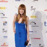 Carla Nieto con vestido ajustado en azul cobalto