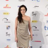 Ana Álvarez con vestido en color ocre de un solo tirante