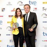 Elena Anaya con blazer amarillo limón y pantalón negro de tiro alto