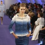 Traje sastre con estampado estelar en blanco y degradé azul cobalto de Chanel Alta Costura