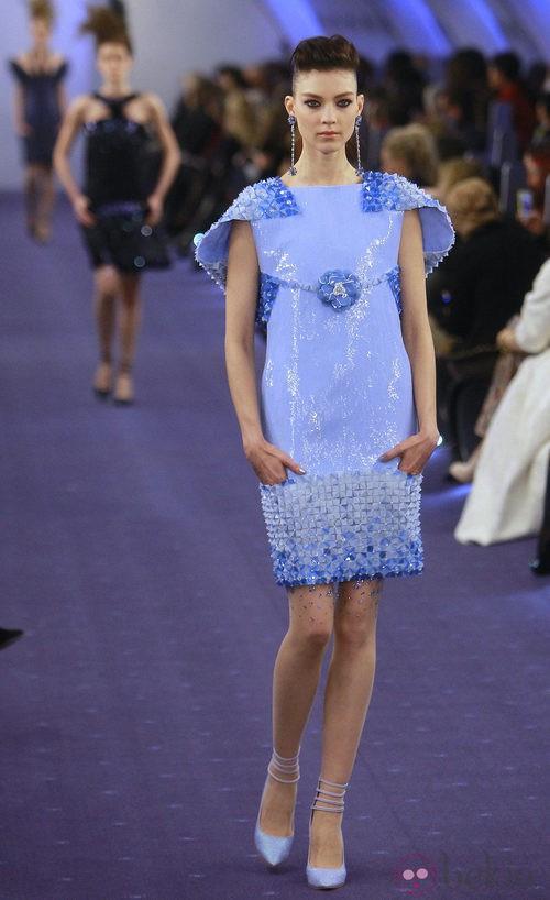 Vestido azul pastel glitter con relieves en bajos y mangas de Chanel Alta Costura