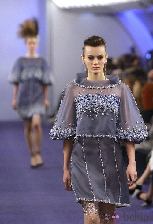 Vestido de gasa gris con múltiple pedrería azul de Chanel Alta Costura