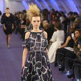 Vestido largo con efecto vaporoso en azul profundo y hueso de Chanel Alta Costura