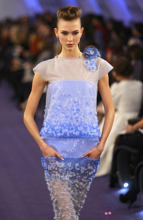 Vestido semitrasparente en blanco y azul pastel con relieves florales de Chanel Alta Costura