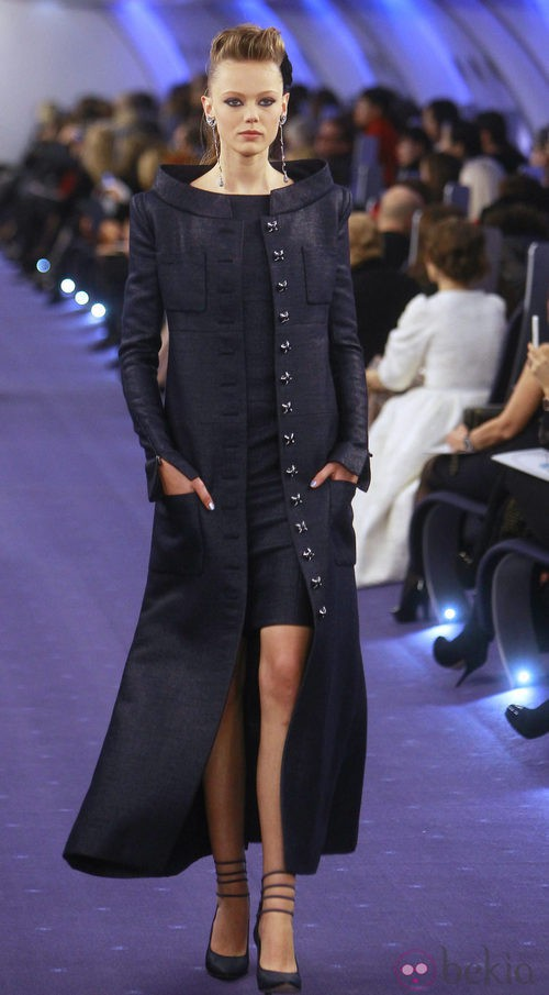 Vestido en azul profundo con abrigo imperio del mismo tejido y tonalidad de Chanel Alta Costura