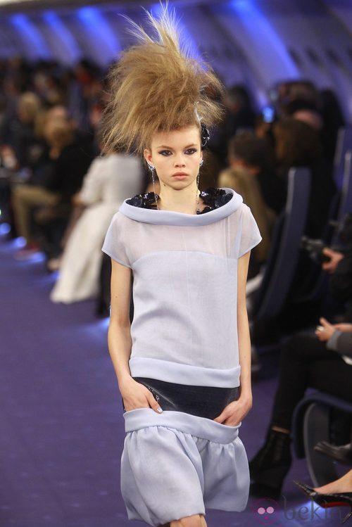 Vestido gris perla con cuello barco de Chanel Alta Costura