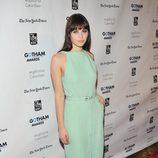 Felicity Jones con vestido años 50 en color verde pastel