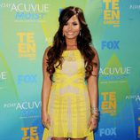 Demi Lovato con vestido tail hem en color amarillo