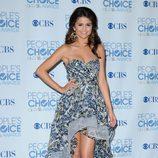 Selena Gomez con vestido tail hem en azul y estampado floral