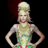 Diseño flúor con bordados florales de Jean Paul Gaultier Alta Costura
