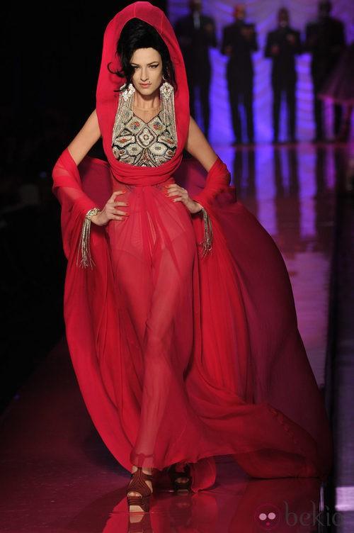 Vestido vaporoso fucsia de inspiración indú de Jean Paul Gaultier Alta Costura