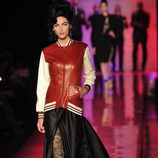 Chaqueta beisbolera en cuero rojo y hueso de Jean Paul Gaultier Alta Costura