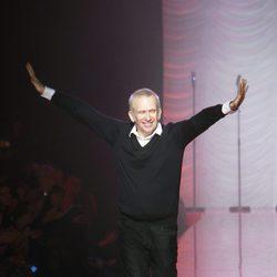 El diseñador Jean Paul Gaultier saluda tras su desfile de Alta Costura