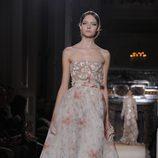 Vestido palabra de honor con detalles florales en rosa palo de Valentino Alta Costura