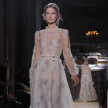 Vestido de gasa transparente con detalles florales en lila de Valentino Alta Costura